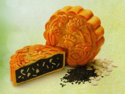 Bánh trung thu mè đen hạt dưa của Kinh Đô